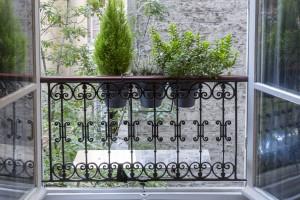 reflecteur-de-lumiere-pose-sur-un-balcon-jardiniere-ouverture-luminosite-dans-la-piece