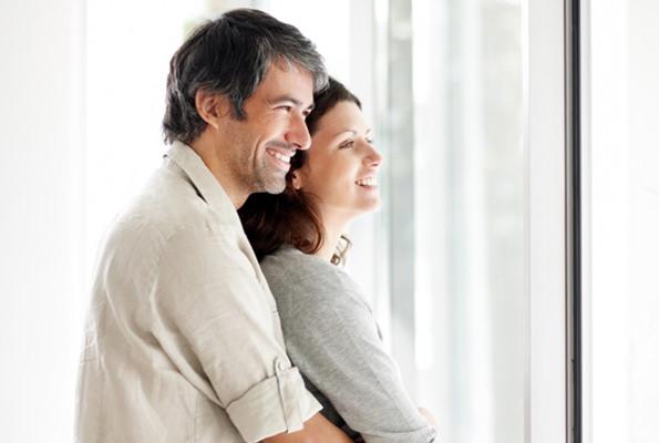 couple-heureux-enlacer-avec-de-la-lumiere-naturelle-bien-etre