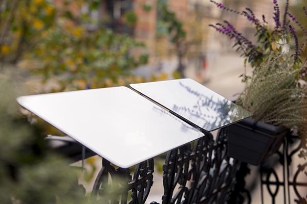reflecteur-balcon-jardiniere-pose-sur-une-balustrade-en-fer-forgé-pour-apporter-de-la-lumiere-naturelle-dans-votre-interieur
