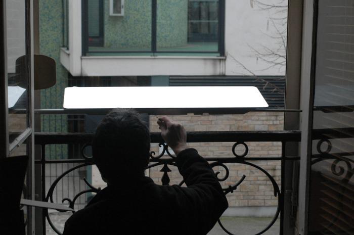 installateur-professionnel-jobber-reflecteur-de-lumiere-permettre-de-recuperer-de-la-lumiere-dans-le-logement