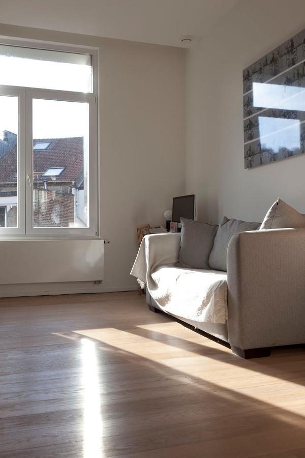 fauteuil-dans-un-salon-avec-reflecteur-mural-a-l-exterieur