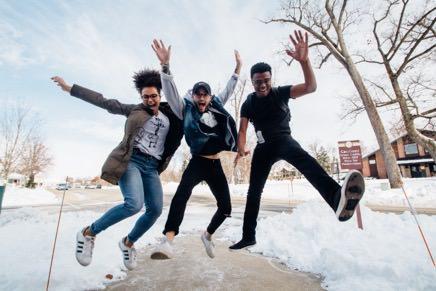 amis-qui-sautent-joyeux-en-plein-hiver