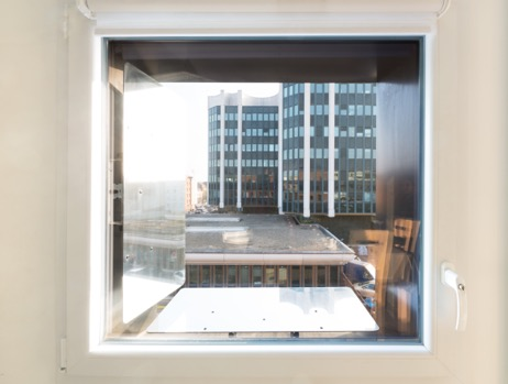 reflecteur-mural-espaciel-logement-sombre-fenetre
