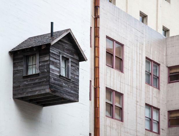 maison-en-bois-attachée-sur-un-mur