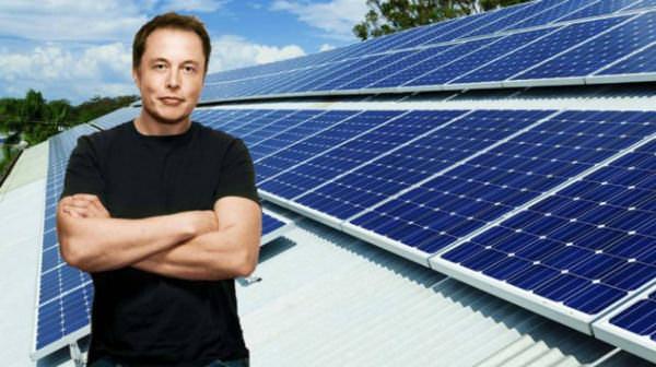 elon-musk-devant-les-solar-panel